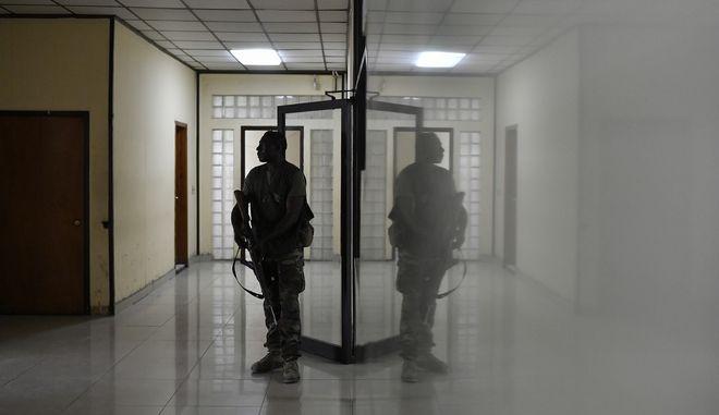 Ένοπλος φρουρός σε δικαστήριο της Αϊτής