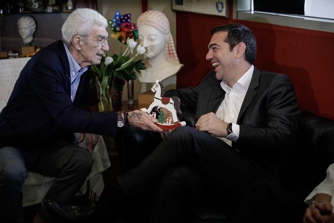 Ο Γιάννης Μπουτάρης στο δημαρχείο του μιλάει με τον πρωθυπουργό Αλέξη Τσίπρα