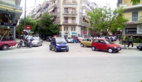 Μερακλήδικο παρκάρισμα: Τρία αυτοκίνητα στη μέση διασταύρωσης