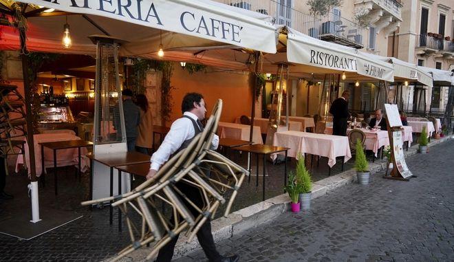 Αδειοι δρόμοι και καταστήματα στην Ιταλία.