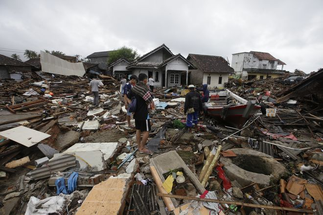 Τοπίο απόλυτης καταστροφής άφησε πίσω του το τσουνάμι: δέντρα ξεριζωμένα, στέγες που αποκολλήθηκαν