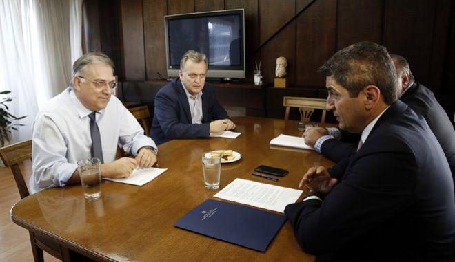 Ο υπουργός Εσωτερικών Τάκης Θεοδωρικάκος (Α) συνομιλεί με τον υφυπυπουργό Αθλητισμού Λευτέρη Αυγενάκη (Δ) κατά την διάρκεια της συνάντησης που είχαν για την υπογραφή της ΚΥΑ που αφορά στην παράταση ενός έτους για τη λειτουργία αθλητικών εγκαταστάσεων των δήμων.