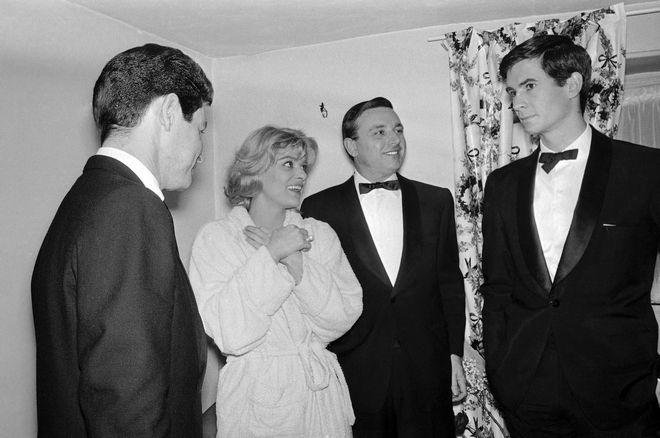 Έντι Φίσερ, Μελίνα Μερκούρη και ο Αμερικανός ηθοποιός Άντονι Πέρκινς, στα παρασκήνια του έργου