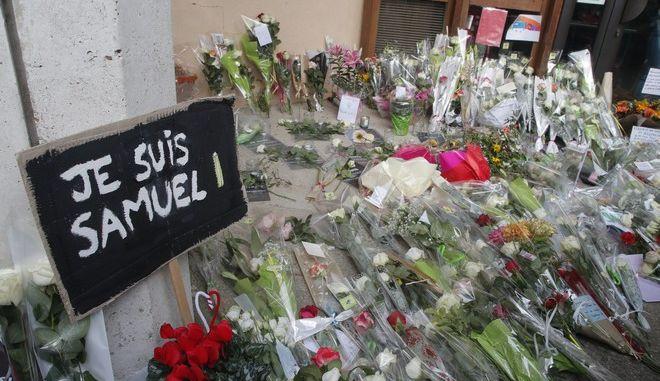 Λίγα λουλούδια εκεί που δολοφονήθηκε ο καθηγητής