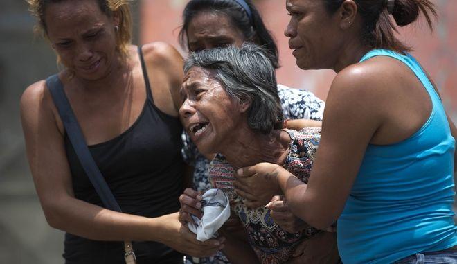 Πανικός από ρίψη δακρυγόνου σε γιορτή λυκείου με 17 νεκρούς