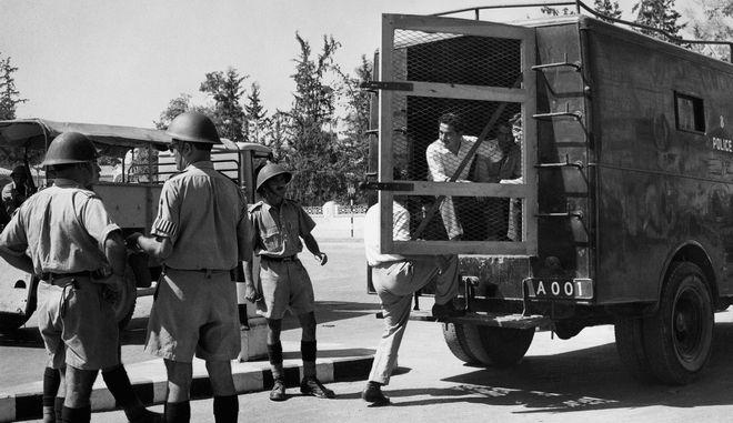 Βρετανοί αστυνομικοί συλλαμβάνουν διαδηλωτές στη Λευκωσία το 1955