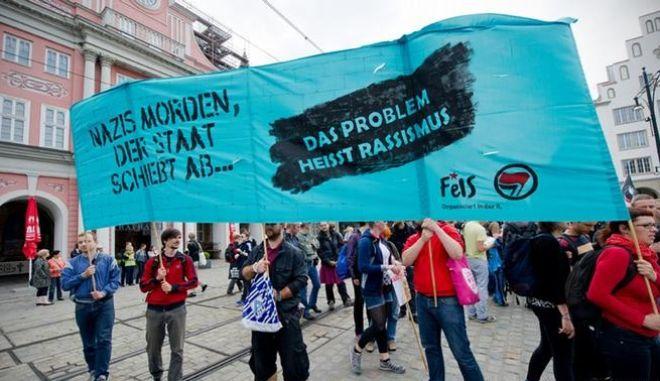 Χιλιάδες πολίτες στη Σουηδία διαδήλωσαν κατά του ρατσισμού