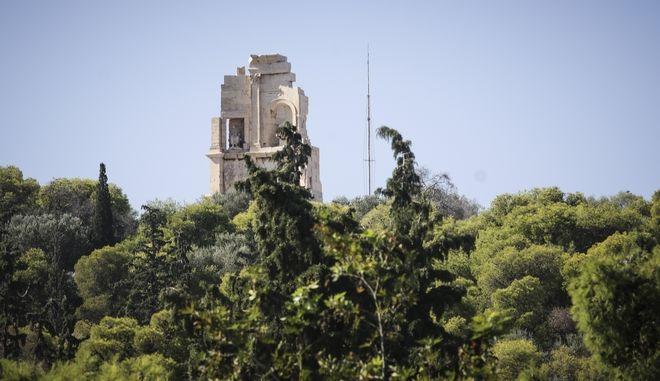 Το σημείο στο λόφο του Φιλοπάππου όπου βρήκε το θάνατο ο 25χρονος Νικόλας Μουστάκα κατα την απόπειρα ληστείας.
