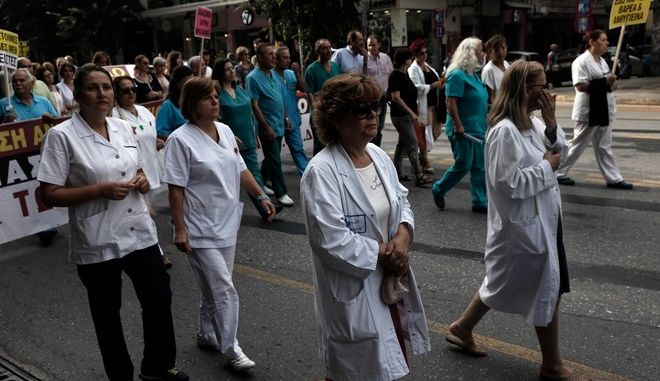 Protest march of the Panhellenic Federation of Public Hospital Employees (POEDIN) in central Thessaloniki demanding better working conditions in the healthcare industry. Thessaloniki, Greece, September 9, 2016. /         ()    .        , , ,           . , , 9  2016.