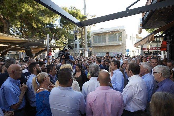 Ο πρόεδρος της ΝΔ Κυριάκος Μητσοτάκης κατά την περιοδεία του στην ανατολική Αττική