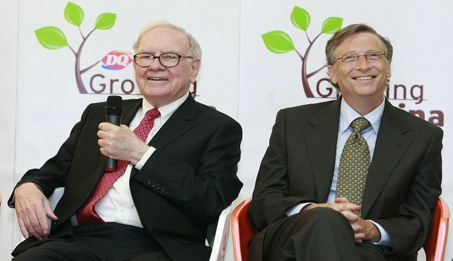 Bildnummer: 54494539  Datum: 30.09.2010  Copyright: imago/Xinhua (100930) -- BEIJING, Sept. 30, 2010 (Xinhua) -- U.S. billionaire investor and Berkshire Hathaway CEO Warren Buffett (L) and Microsoft founder Bill Gates are seen attending the opening of a new Dairy Queen store in Beijing, capital of China, Sept. 30, 2010. International Dairy Queen Inc is owned by Berkshire Hathaway. (Xinhua/Ren Zhenglai) (wyo) CHINA-BEIJING-BUFFETT-GATES-DQ NEW STORE (CN) PUBLICATIONxNOTxINxCHN People Wirtschaft China Gastronomie kbdig xsp 2010 quer   Bildnummer 54494539 Date 30 09 2010 Copyright Imago XINHUA  Beijing Sept 30 2010 XINHUA U S Billionaire Investor and Berkshire Hathaway CEO Warren Buffett l and Microsoft Founder Bill Gates are Lakes attending The Opening of a New Dairy Queen Store in Beijing Capital of China Sept 30 2010 International Dairy Queen INC IS Owned by Berkshire Hathaway XINHUA Ren Zhenglai  China Beijing Buffett Gates DQ New Store CN PUBLICATIONxNOTxINxCHN Celebrities Economy China Gastronomy Kbdig xsp 2010 horizontal