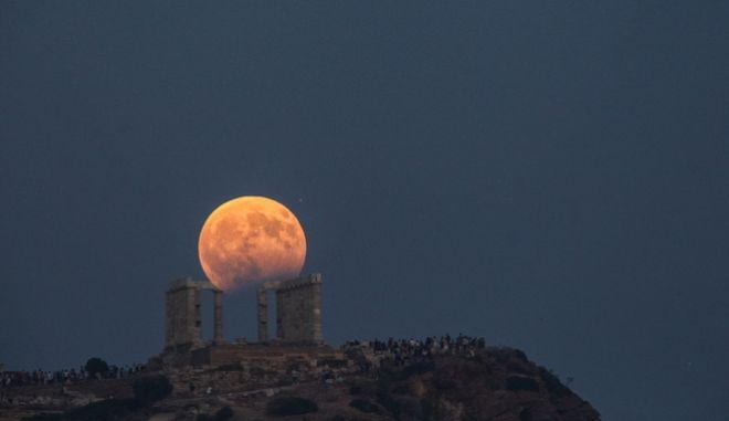Πανσέληνος πάνω από το ναό του Ποσειδώνα στο Σούνιο