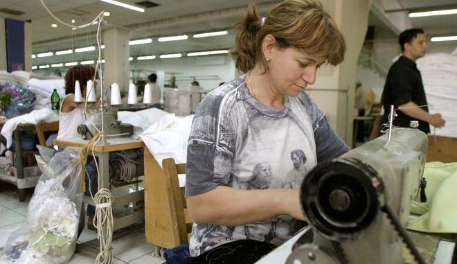 εργαζόμενη σε βιοτεχνία κλωστοϋφαντουργίας