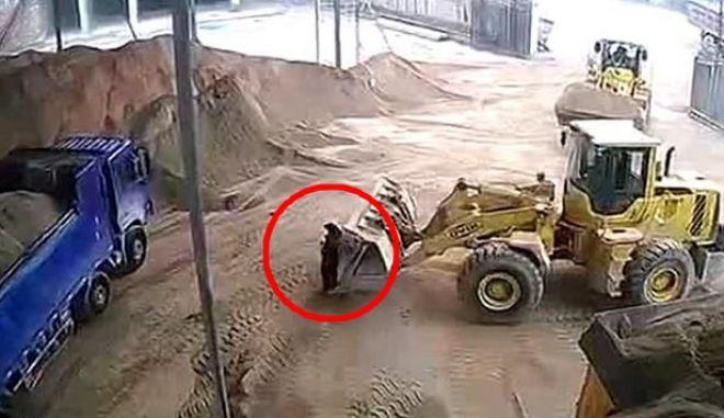 Φρίκη στην Κίνα: Οδηγός εκσκαφέα παρασύρει γυναίκα και τη θάβει ζωντανή