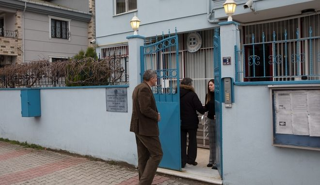 The parents of the two detained Greek army officers arrive at the Greek consulate of Edirne, Turkey, on March 5, 2018. /             , , 5  2018.