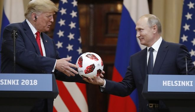 Ο Ρώσος Πρόεδρος δίνει στον αμερικανό ομόλογό του μία μπάλα από το Μουντιάλ της Ρωσίας