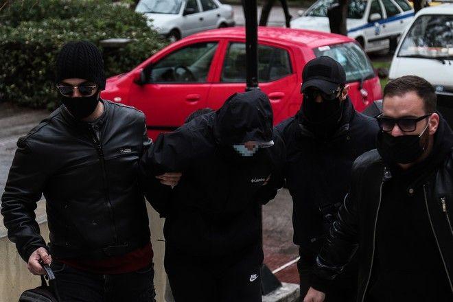 Απολογία στον εισαγγελέα των δύο ανηλίκων αδελφών 15 και 17 ετών που φέρονται ως δράστες του ξυλοδαρμού του σταθμάρχη στο ΜΕΤΡΟ της Ομόνοιας