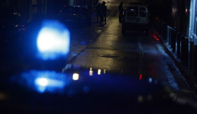 Πυροβολισμοί σημειώθηκαν το βράδυ της Κυριακής 24 Νοεμβρίου 2013, στην περιοχή των Εξαρχείων και συγκεκριμένα στη συμβολή των οδών Θεμιστοκλέους και Κωλέττη.  Σύμφωνα με πληροφορίες, υπάρχει ένας τραυματίας ο οποίος έχει μεταφερθεί στο νοσοκομείο ΕΛΠΙΣ. Η κατάστασή του κρίνεται σοβαρή. Στο σημείο της συμπλοκής βρέθηκε ένα καλάσνικοφ ενώ ο άντρας που νοσηλέυεται φέρει τραύματα και από μαχαίρι. (EUROKINISSI/ΓΙΩΡΓΟΣ ΚΟΝΤΑΡΙΝΗΣ)