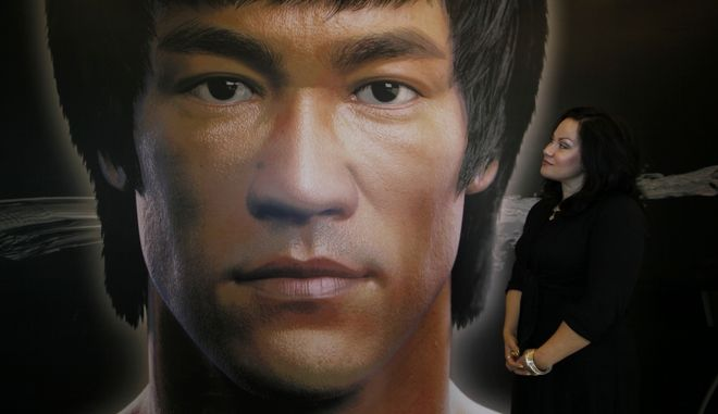 H Shannon Lee, κόρη του Bruce Lee, μπροστά από αφίσα του πατέρα της το 2013.