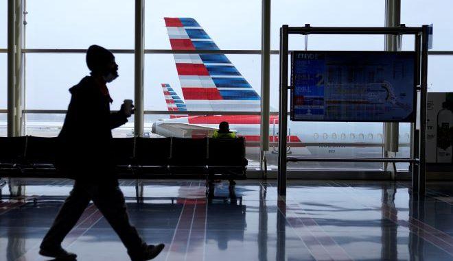 Ένα αεροπλάνο της American Airlines είναι σταθμευμένο σε μια πύλη (φωτογραφία αρχείου)
