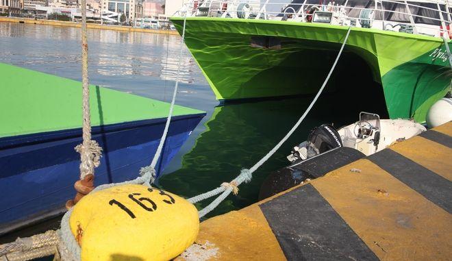 Δεμένο πλοίο σε λιμάνι, Αρχείο