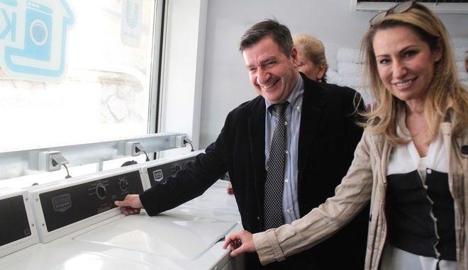 Εγκαίνια από τον δήμαρχο Αθηναίων Γιώργο Καμίνη, την Τρίτη 13 Δεκεμβρίου 2016, του πρώτου Κοινωνικού Πλυντηρίου. Κατασκευάστηκε σε χώρο του Κόμβου Αλληλοβοήθειας Πολιτών του δήμου Αθηναίων (Δομοκού 2 και Φιλαδελφείας) από την ΕΛΑΪΣ β UNILEVER HELLAS, η οποία έχει αναλάβει και την υποστήριξή του. Το Κοινωνικό Πλυντήριο, που περιλαμβάνει και στεγνωτήριο, απευθύνεται σε πολίτες, που δεν έχουν πρόσβαση σε ηλεκτρικό ρεύμα ή νερό και ανήκουν στις 10.000 οικογένειες, οι οποίες ενισχύονται από τον Κόμβο Αλληλοβοήθειας Πολιτών, του Κέντρου Υποδοχής και Αλληλεγγύης του δήμου Αθηναίων (ΚΥΑΔΑ). (EUROKINISSI/ΣΤΕΛΙΟΣ ΣΤΕΦΑΝΟΥ)