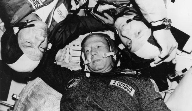 Ο Ρώσος κοσμοναύτης Αλεξέι Λεόνοφ μαζί με άλλους αστροναύτες στο διαστημόπλοιο Soyuz τον Ιούλιο του 1975