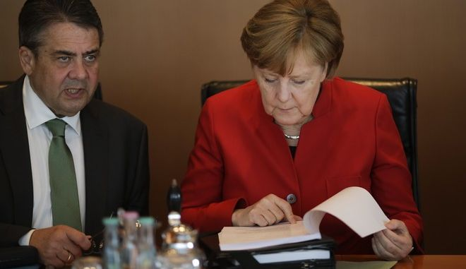 From left, German Vice Chancellor and Foreign Minister Sigmar Gabriel and Chancellor Angela Merkel talk prior to the weekly cabinet meeting of the German government at the chancellery in Berlin, Wednesday, May 3, 2017. (AP Photo/Markus Schreiber)