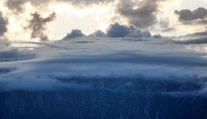 Σύννεφα σκεπάζουν τμήμα της οροσειράς του Κόζιακα στο νομό Τρικάλων
