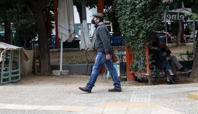 Άνδρας περπατά στην Αθήνα, Σεπτέμβριος 2021