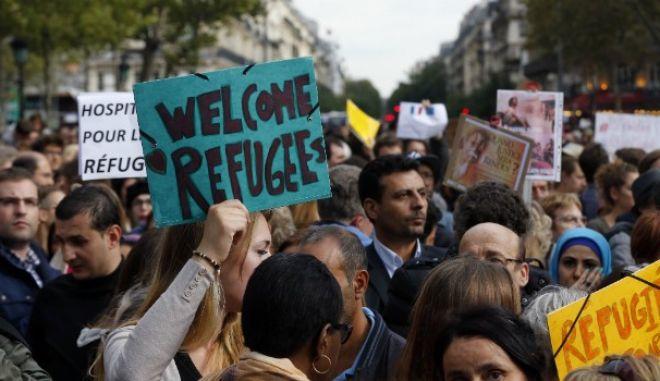 Εκατοντάδες διαδηλωτές στο Παρίσι 'καλωσόρισαν' τους πρόσφυγες