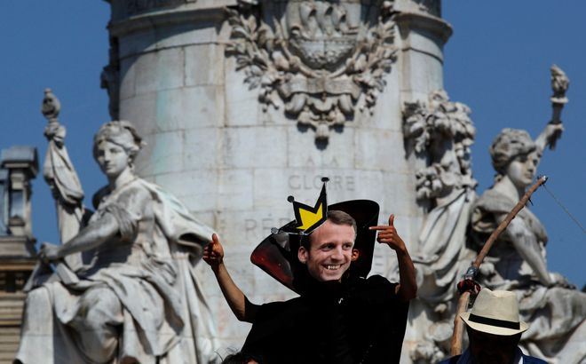 Πολλοί διαδηλωτές επέλεξαν τη μάσκα του Γάλλου προέδρου στο πάρτι για τον Μακρόν, που ετοίμασαν τα συνδικάτα για τον ένα χρόνο του στο τιμόνι της χώρας