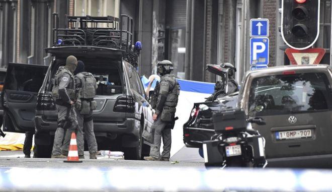 Αστυνομικές δυνάμεις της Λιέγης στη σκηνή του εγκλήματος