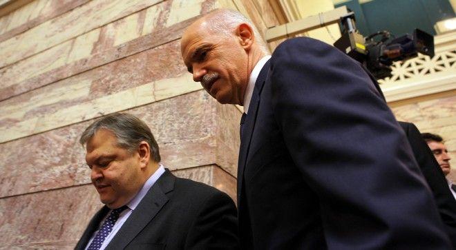 Ο Γιώργος Παπανδρέου και ο Ευάγγελος Βενιζέλος στη συνεδρίαση της ΚΟ του ΠΑΣΟΚ το 2011