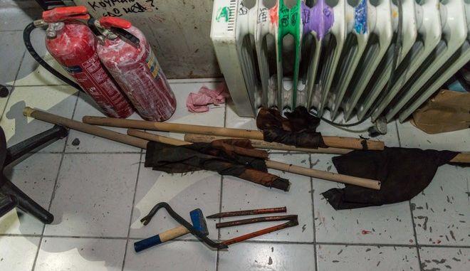 Έφοδος ΕΛΑΣ στην ΑΣΟΕΕ: Βρέθηκαν κοντάρια, πέτρες και κουκούλες