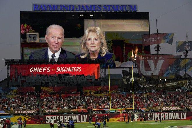 Το ζεύγος Μπάιντεν έστειλε μήνυμα, μέσω γιγαντοοθόνος, στο Super Bowl 2021