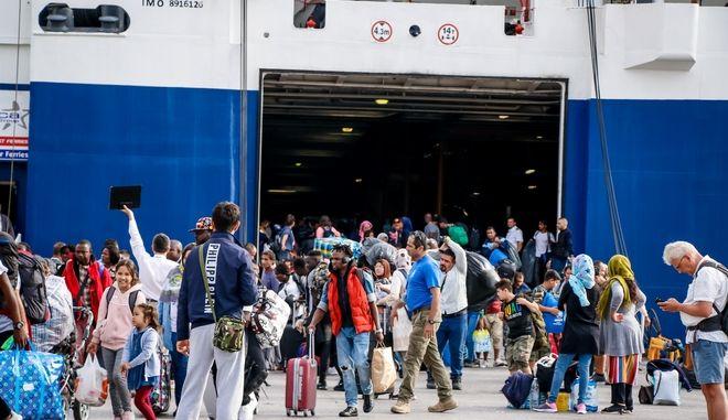 Απόβαση αιτούντων άσυλο από τη Σάμο στον Πειραιά