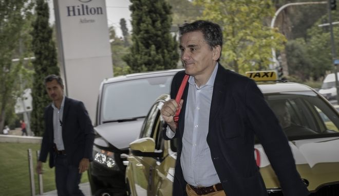 """Ο υπουργός Οικονομικών Ευκλείδης Τσακαλώτος  κατά την είσοδό του στο ξενοδοχείο """"Χίλτον"""" για την συνάντηση με τους εκπροσώπους των """"θεσμών"""""""