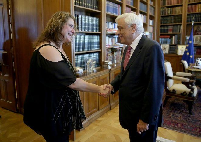 Η ερευνήτρια Βάσω Αποστολοπούλου κατά τη συνάντησή της με τον Πρόεδρο της Δημοκρατίας, Π. Παυλόπουλο