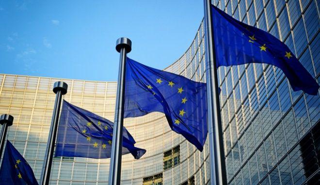 Σημαίες της ΕΕ έξω από το κτίριο της Ευρωπαϊκής Επιτροπής