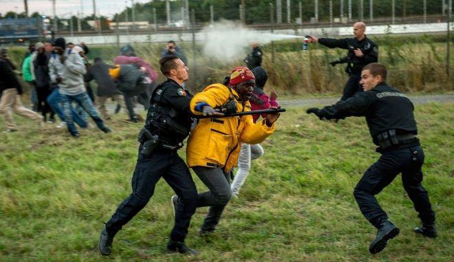 Σπρέι πιπεριού εναντίον μεταναστών από την Ουγγρική Αστυνομία. Παραιτήθηκε ο υπουργός Άμυνας