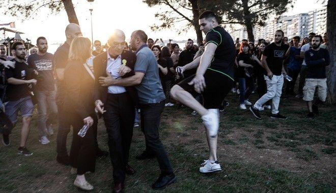 Ο Δήμαρχος Θεσσαλονίκης φυγαδεύεται από το σημείο όπου δέχτηκε επίθεση