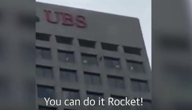 Ατρόμητο ρακούν σκαρφαλώνει σε ουρανοξύστη