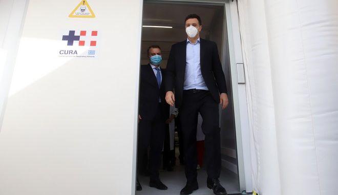 """Ο Υπουργός Υγείας εξερχόμενος από """"φορητή"""" ΜΕΘ δωρεά της Stoiximan."""