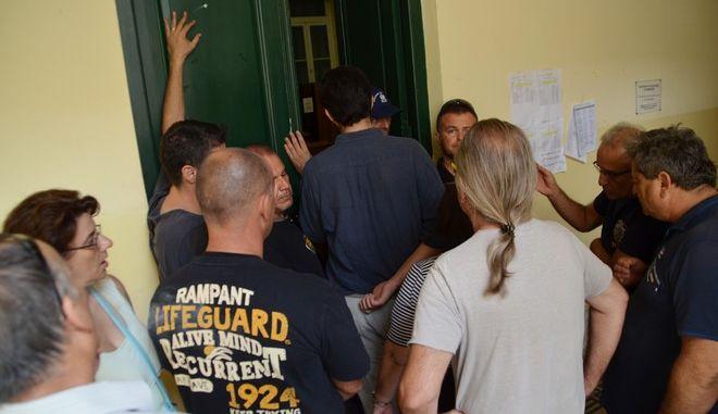 """ΑΡΓΟΛΙΔΑ-26072017-Η παρουσία των πολιτών της «Κίνησης κατά των Πλειστηριασμών, των Κατασχέσεων, των Διακοπών Νερού και Ρεύματος Αργολίδας» και συγγενών των ενδιαφερόμενων, δεν κατάφερε να εμποδίσει αυτή τη φορά τη διενέργεια Πλειστηριασμού επαγγελματικής στέγης στο Ναύπλιο (φωτογραφία). Αντιθέτως στο Άργος η δυναμική παρουσία μελών της ίδιας κίνησης αποκλείοντας τις εισόδους του δικαστηρίου, πέτυχε  την αναβολή των προγραμματισμένων πλειστηριασμών. """"Είναι χρέος μας να τους σταματήσουμε β σήμερα αυτοί αύριο εμείς"""" τονίζουν τα μέλη της Κίνησης κατά των Πλειστηριασμών.(EUROKINISSI-ΠΑΠΑΔΟΠΟΥΛΟΣ ΒΑΣΙΛΗΣ)"""