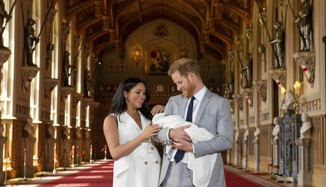 Ο νεογέννητος γαλαζοαίματος με τους γονείς του