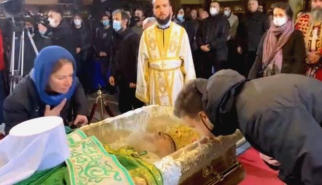 Συνωστισμός στο λαϊκό προσκύνημα του Πατριάρχη Ειρηναίου