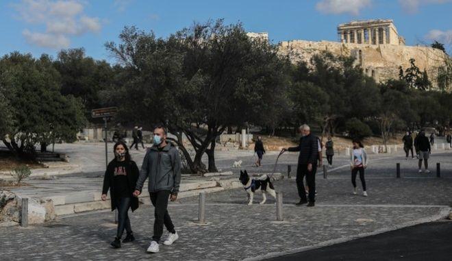 Πολίτες στο κέντρο της Αθήνας, εν μέσω πανδημίας