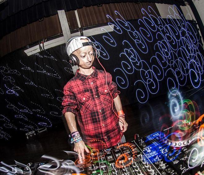 Ο Michiel έχει δουλέψει σαν DJ