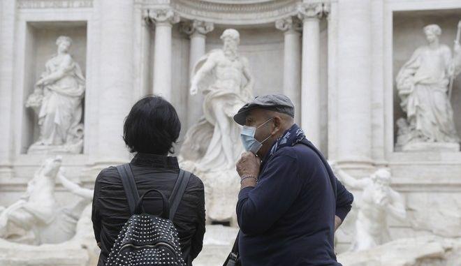Πολίτες με μάσκα στην Ιταλία